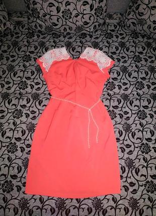 Платье кораловое с гипюром