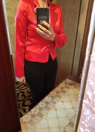 Красивый из плотного атласа,всегда модный пиджак