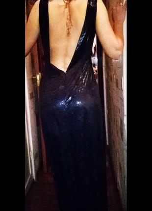 Длинное черное платье с открытой спиной