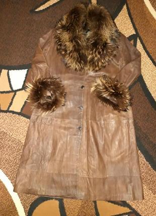 Оригинальное кожаное пальто с натуральным мехом