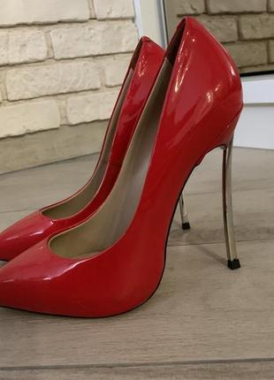 Туфли лаковые на высоком каблуке