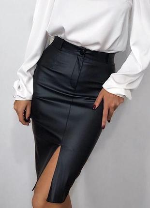 Стильная кожаная миди юбка