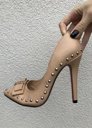 Шикарные нюдовые туфельки с заклепками