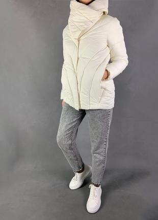 Куртка белая демисезонная стеганая.