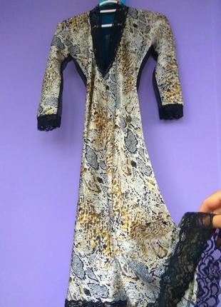 Очень красивое атласное платье