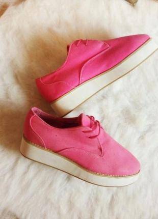 Розовые тканевые ботинки криперы на высокой белой платформе туфли мокасины танкетке