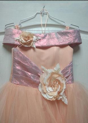 Платье пышное персик