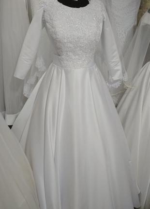 Классическое белое атласное свадебное платье новое 38 размер