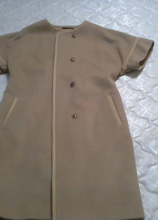 Пальто бежевое  с коротким рукавом