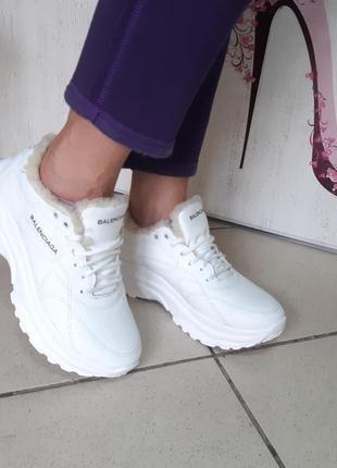 Стильные зимние кроссовки белые