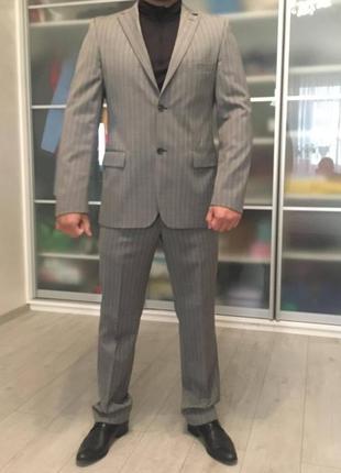 Классический брендовый мужской костюм,цвет серый в тонкую светлую полоску, 100% шерсть