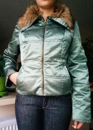 Осенняя куртка с воротником из искусственного меха