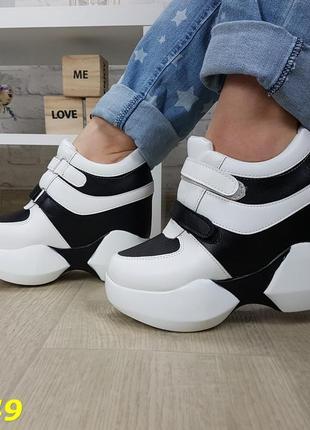 Сникерсы кроссовки на высокой платформе с танкеткой на липучках белые с черным