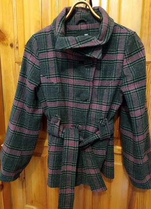 Короткое приталенное пальто с поясом.