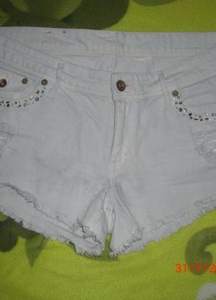 Крутые джинсовые шорты с дырками и стразами