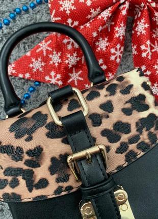 Маленькая женская сумка с заклепками бочонок леопардовая (сверху)2 фото