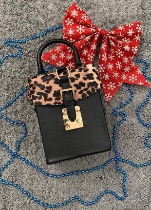 Маленькая женская сумка с заклепками бочонок леопардовая (сверху)1 фото