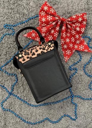 Маленькая женская сумка с заклепками бочонок леопардовая (сверху)5 фото