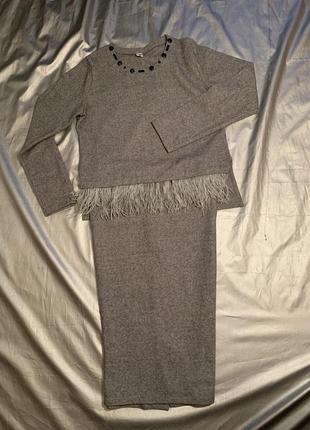 Шикарный шерстяной костюм с отделкой из страусиных перьев.