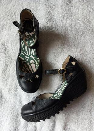 Черные кожаные босоножки сандалии туфли кожа танкетка платформа от fly london португалия