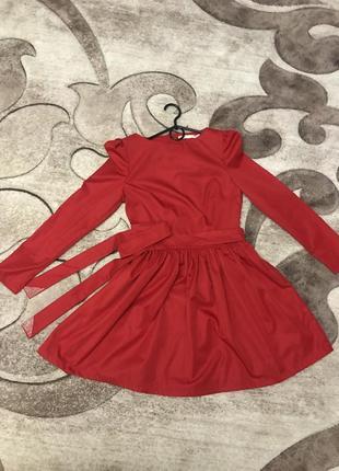 Красное платье, червона сукня)