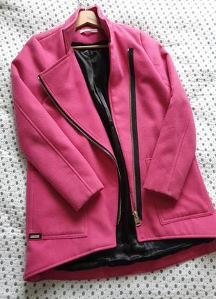 Пальто тёплое цвета фуксия с подкладкой.