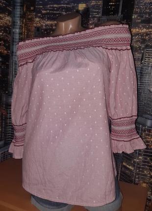 Милая блуза с открытыми плечами с вышитой резинкой на плечах и рукавах