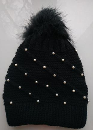 Теплая черная шапка с жемчугом и помпоном