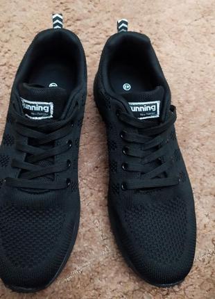 Легкие черные кроссовки в сетку