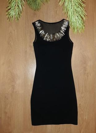 Чёрное нарядное платье, облегающее