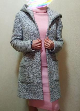 Демисезонное пальто букле с капюшоном