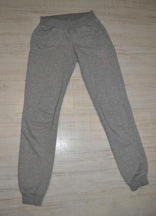 Серые спортивные штаны утепленные