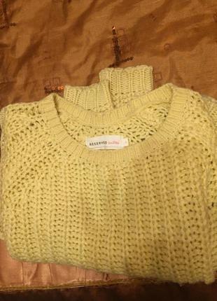 Позитивный жёлтый свитер