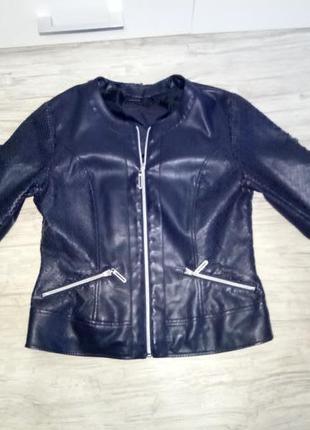 Темно-синяя куртка из экокожи под реставрацию