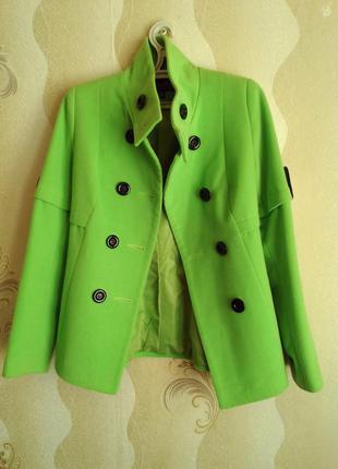 Салатовое пальто