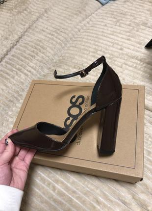 Новые туфли на высоком каблуке