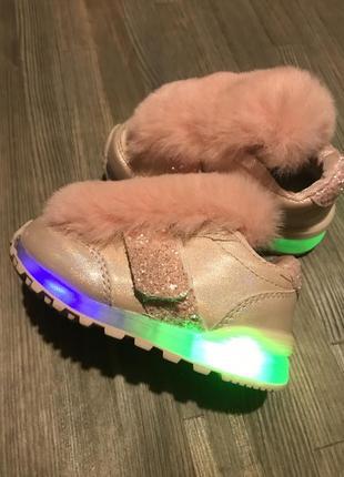 Светящиеся кроссовки с мехом для маленькой принцессы
