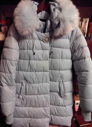 Зимняя куртка размер наш 48, мех и брошь отстегиваеться  с капюшоном