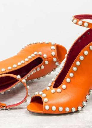 Кожаные эксклюзивные открытые туфли  с жемчугом на каблуке