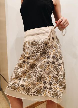 Белая миди-юбка с цветочными паттернами и вышивкой