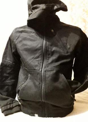 Фирменная курточка с утеплителем ,капишон в виде кепки