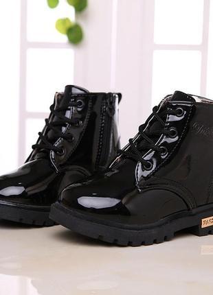 Чёрные лаковые деми ботинки