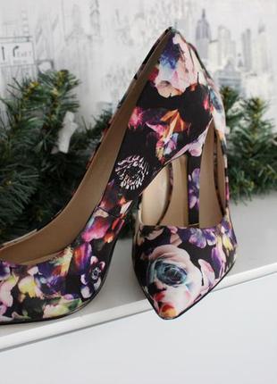 Красивые туфли лодочки с цветочным принтом