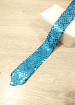 Стильный красивый галстук в паетках.