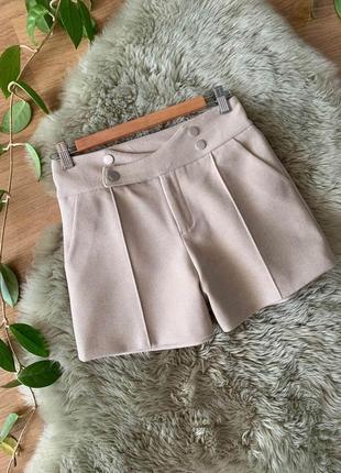 Трендовые шорты из плотной теплой ткани , новые!