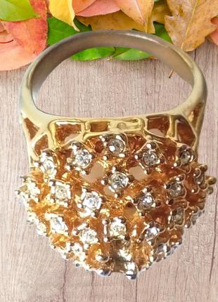 Крупное женское кольцо с белыми камешками.