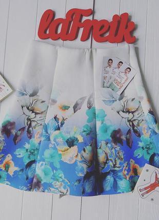 Нарядная юбочка с ярким цветочным принтом