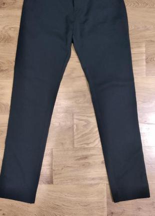 Школьные брюки-джинсы черного цвета.
