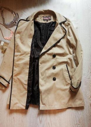 Бежевый тренч пальто макинтош с черными кожаными вставками длинное светлое деми3 фото