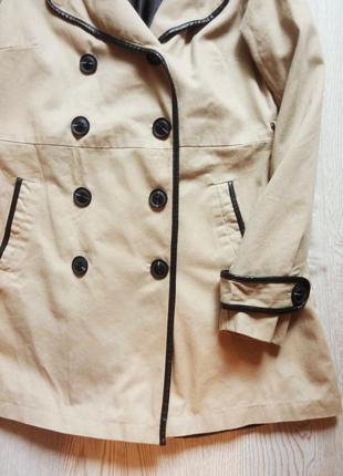 Бежевый тренч пальто макинтош с черными кожаными вставками длинное светлое деми4 фото